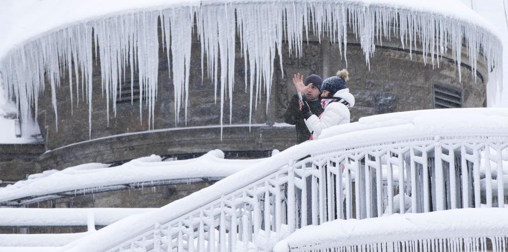 La ola de frío congelan las Cataratas del Niágara