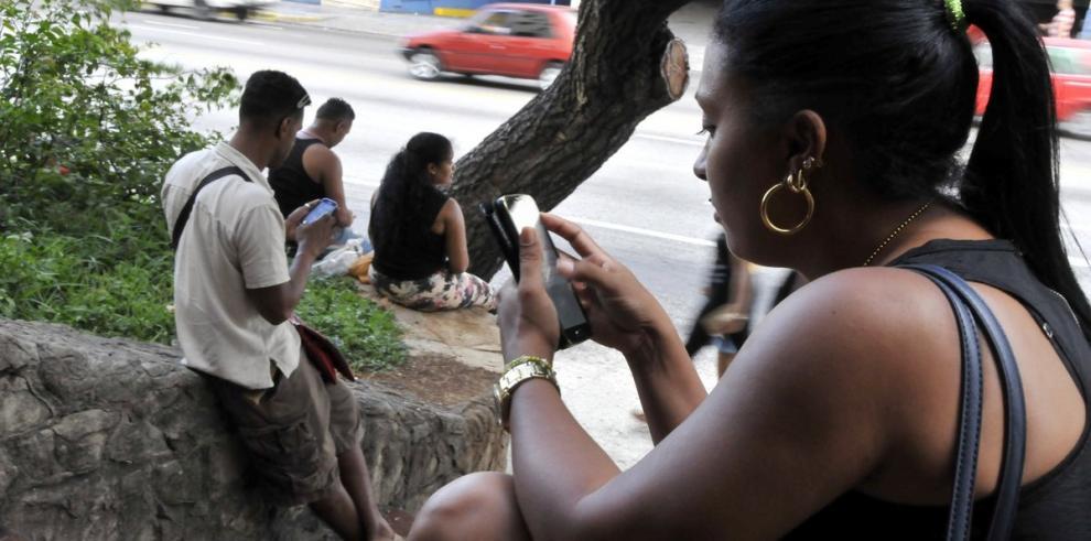 Cubanos podrán tener internet en teléfonos móviles a partir de 2018