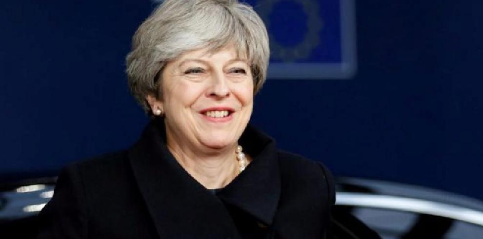 Theresa May promete mantener en 2018 los