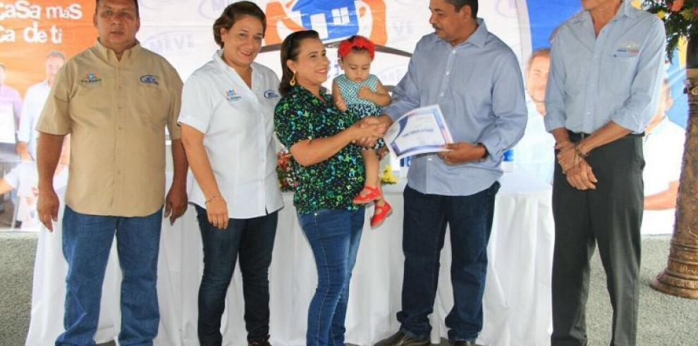 Miviot entrega 54 certificados de Bono Solidario en distrito de Los Santos