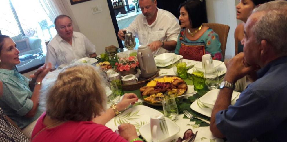 Embajador de EEUU, John Feeley celebra los Carnavales en Las Tablas