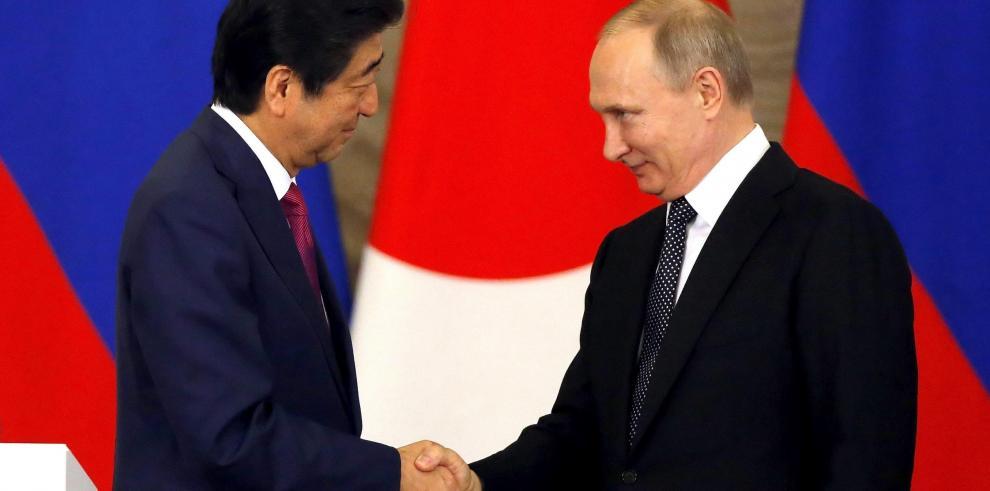 Putin recibe en Moscú al primer ministro de Japón