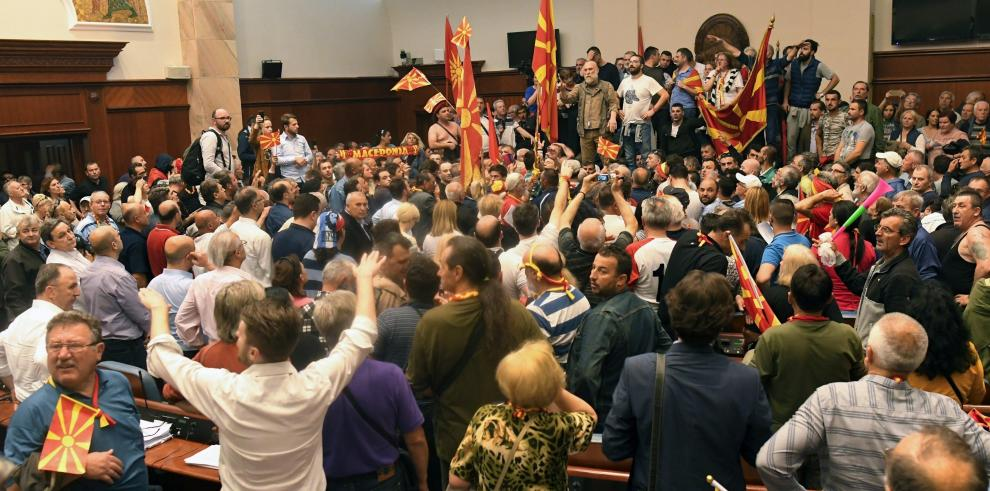 Manifestantes invaden Parlamento macedonio y agreden a diputados opositores