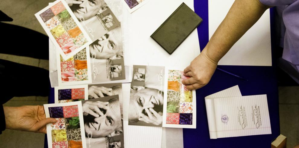 Servicio Postal de EEUU homenajea con sellos al dominicano Oscar de la Renta