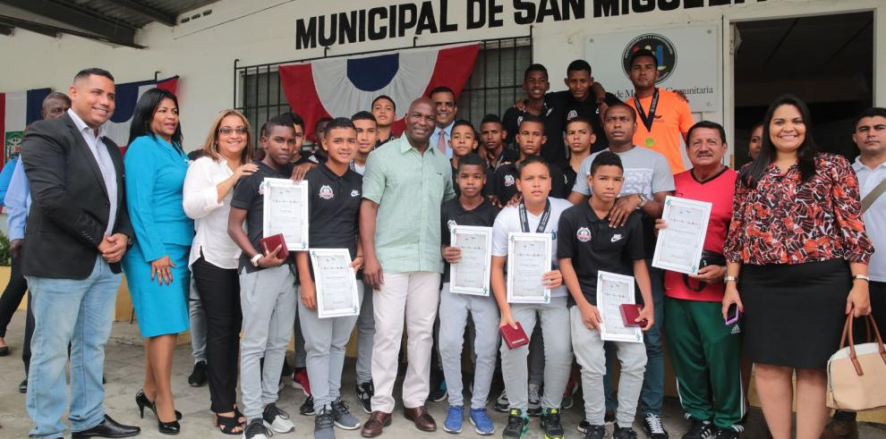 Alcaldía de San Miguelito entrega reconocimientos a campeones de la Sub-15