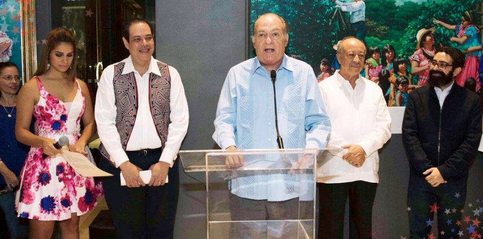 Multiplaza se vistió de patria con el maestro Iván Delgado