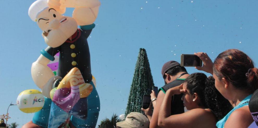 Un desfile de globos gigantes inunda Acapulco