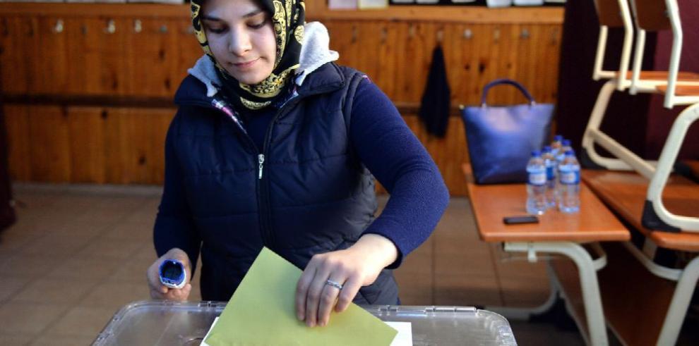 La oposición turca pedirá recuento de votos del referendo
