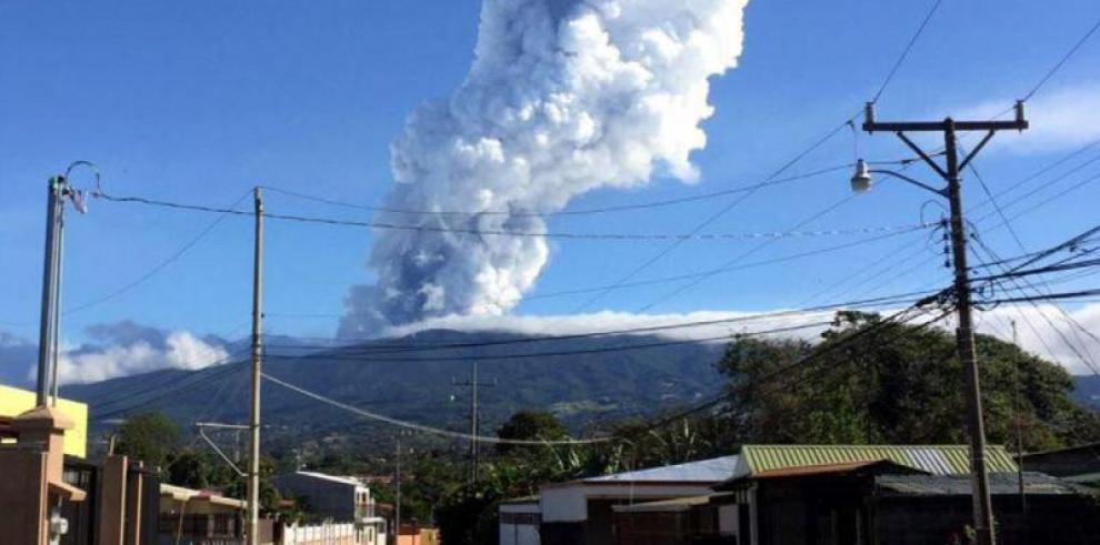 Volcán Poas de Costa Rica lanza cenizas y rocas ardientes