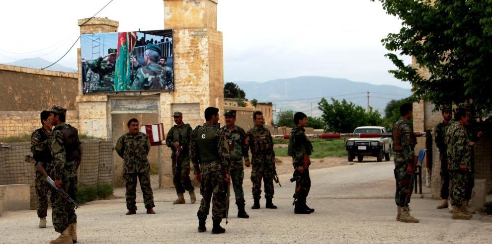Ataque suicida talibán a base militar afgana deja 148 muertos