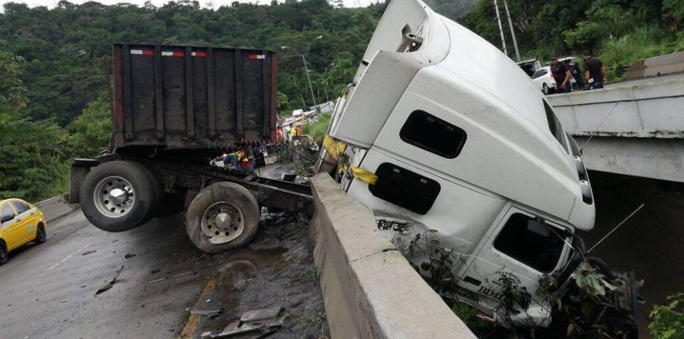 Camión articulado queda pendiendo del cabezal en la vía Centenario