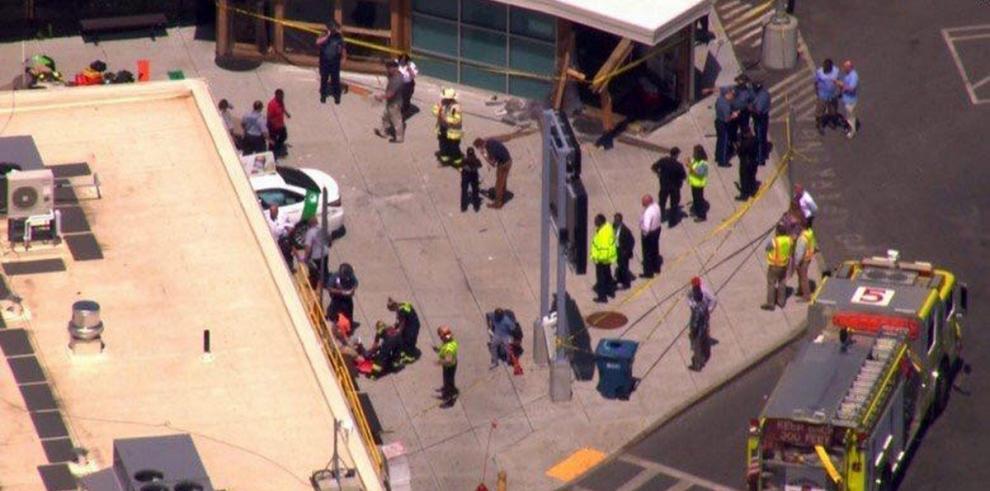 Varios heridos al impactar taxi contra un grupo de peatones en Boston