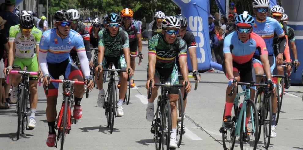 Campeones y celebridades pedalean y cruzan el istmo