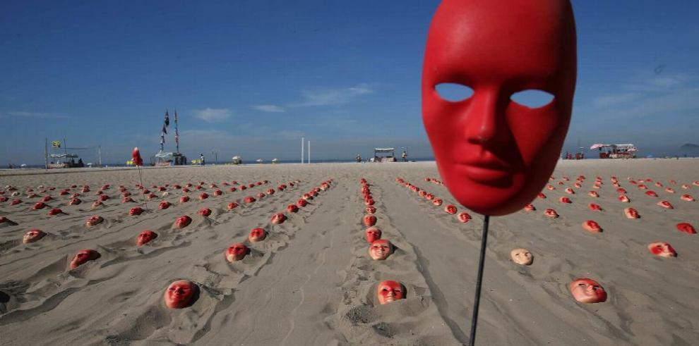 Máscaras rojas amanecen en Copacabana