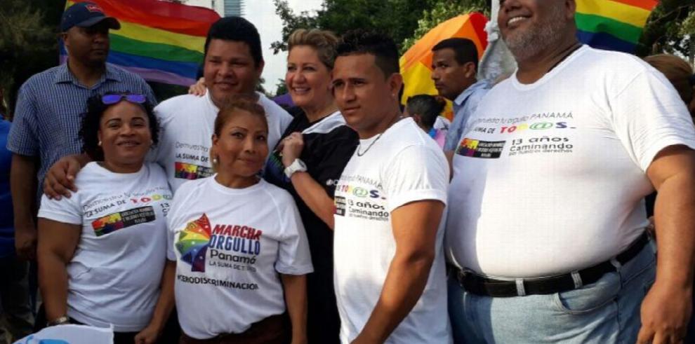Hombres y mujeres nuevos celebran el Día del Orgullo gay