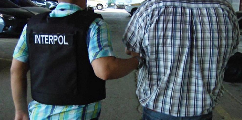 Interpol Panamá captura a dos checos buscados por estafa