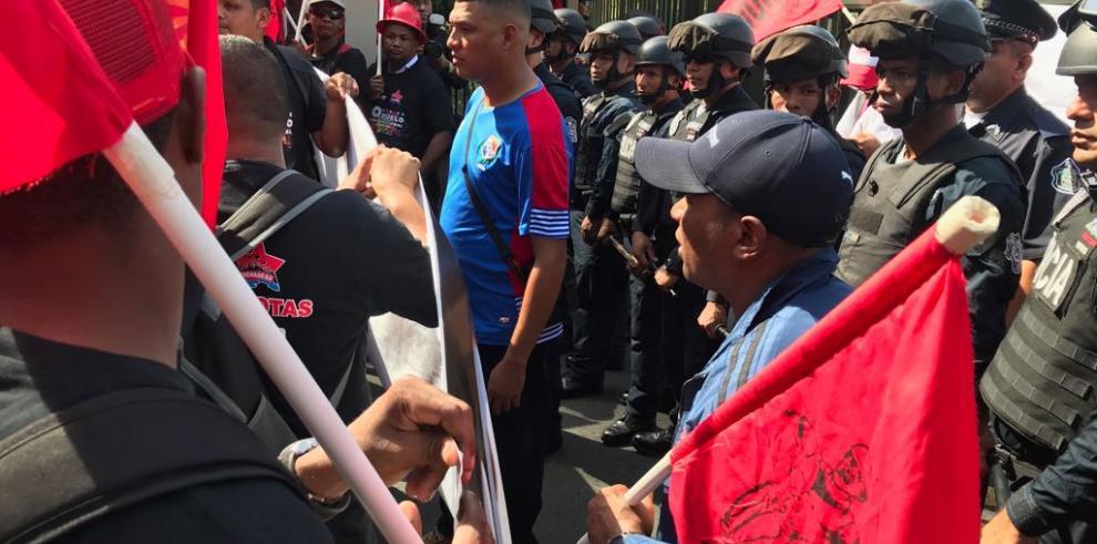 Trabajadores protestan en la embajada de Estados Unidos