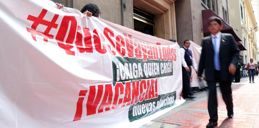 Peruanos marchan contra políticos al grito