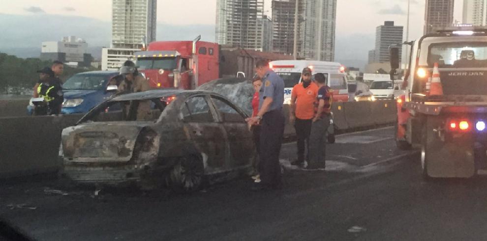 Auto se incendia en el tramo marino del Corredor Sur