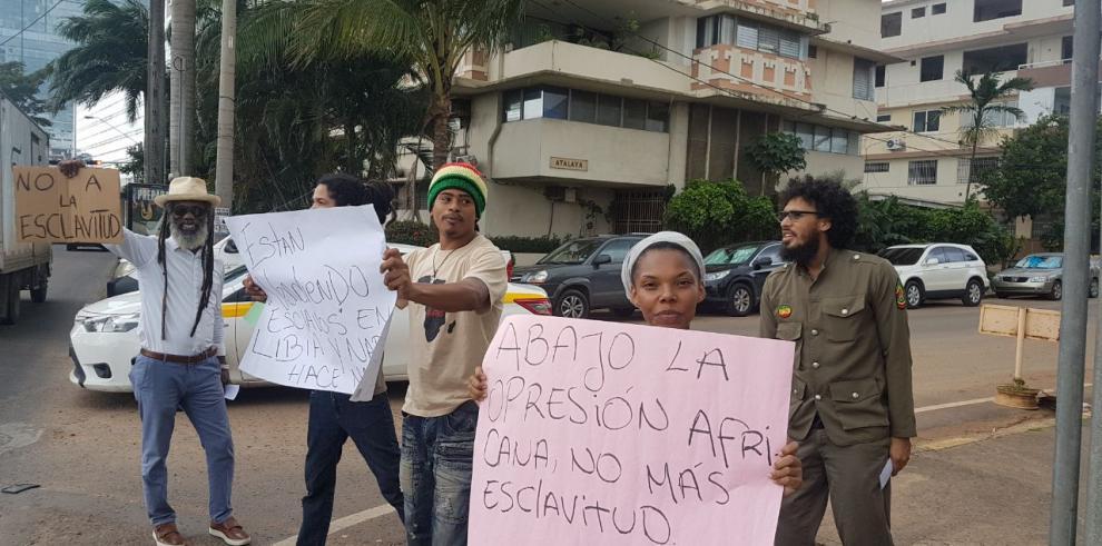 Comunidad Rastafari protesta frente a la embajada de Libia