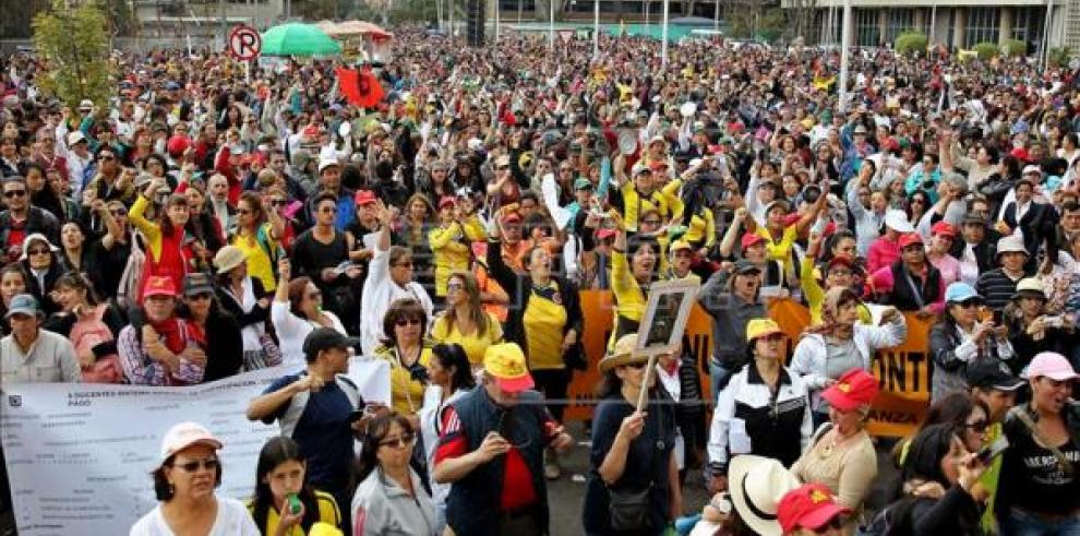Siguen en paro más de 330 mil docentes colombianos