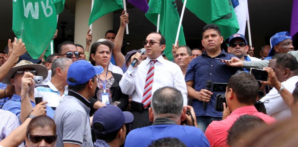 Universitarios reclaman en la Corte quince meses de salario al retirarse