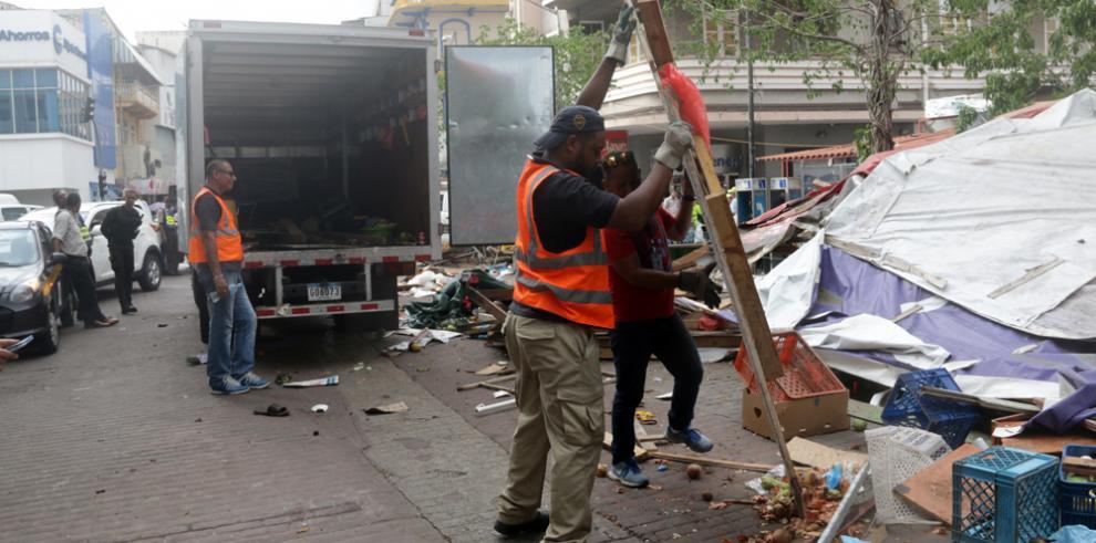 Puestos de buhonería ilegales son removidos de la peatonal