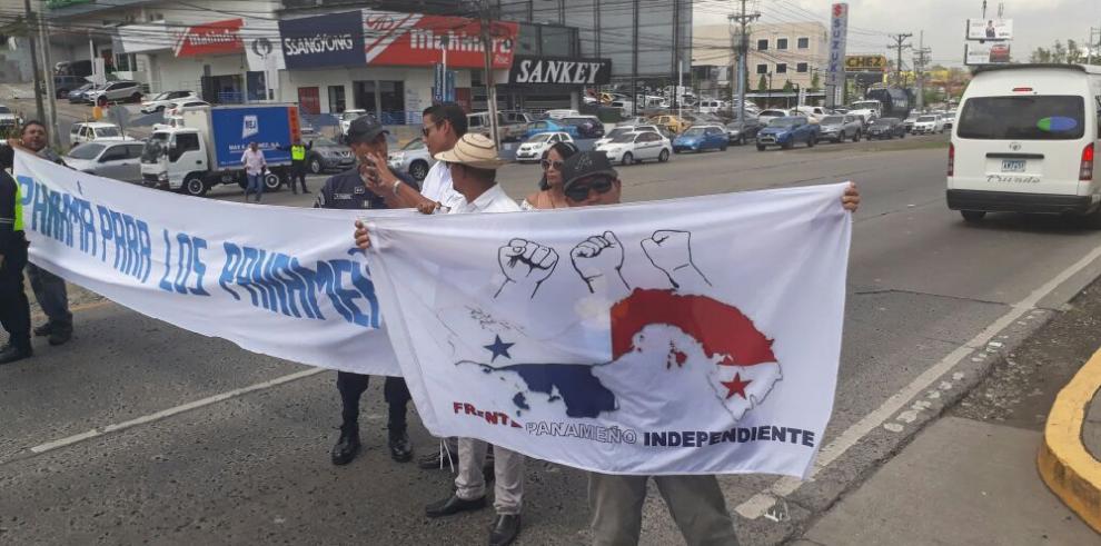 Grupo de panameños cierra Vía Tumba Muerto y exige control migratorio