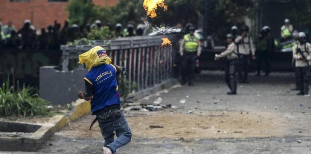 Gobernador venezolano prohíbe protestas de calle