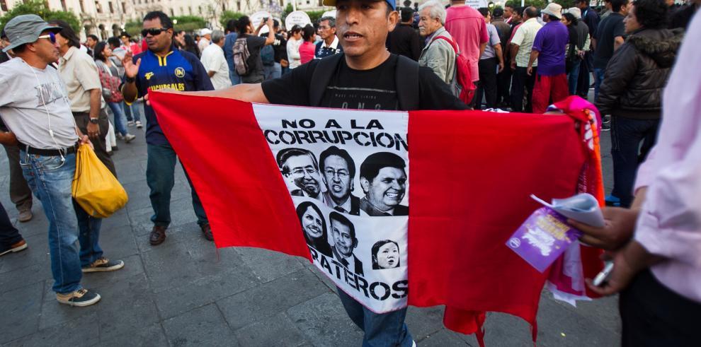 Indulto a Fujimori y corrupción de Odebrecht sacudieron la política peruana