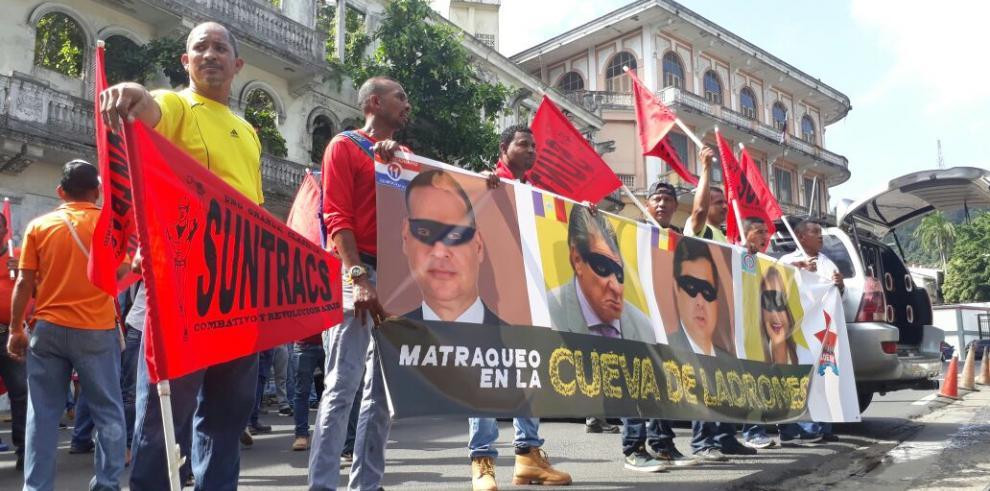 Suntracs protesta contra la corrupción en en los predios de la Asamblea