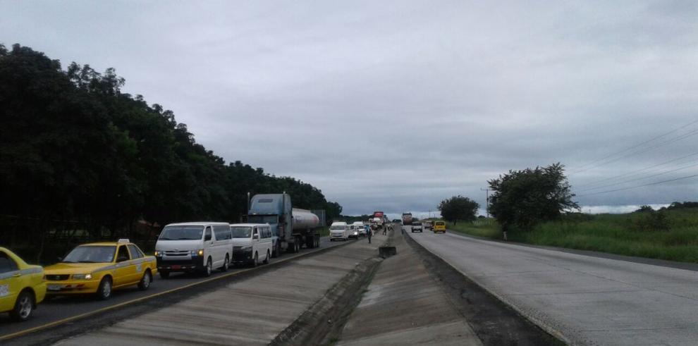 Varias carreteras del país cerradas por paro de transportistas