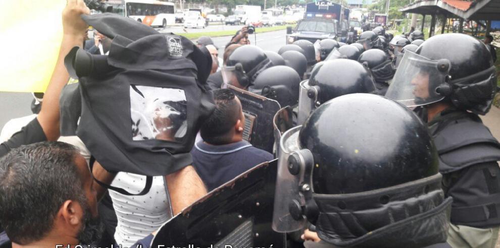 Policía impide protesta de universitarios contra decreto 130