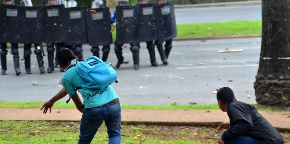 Nueve policías heridos en enfrentamientos con estudiantes de la UP