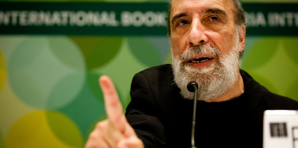 Raúl Zurita afirma que Chile