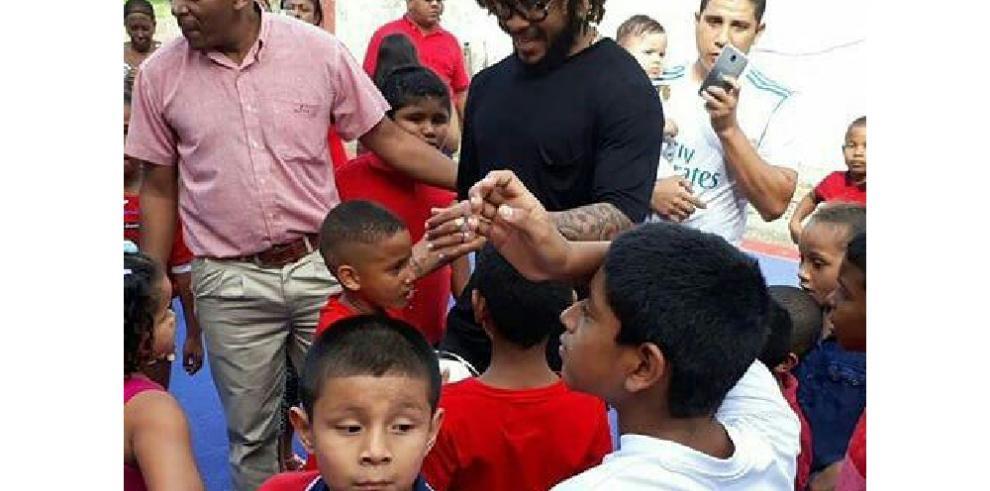 Román Torres le llevó regalos a niños de Santa Ana
