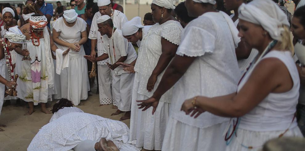 Los fieles de Iemanjá cumplen su cita anual con la diosa del mar en Río