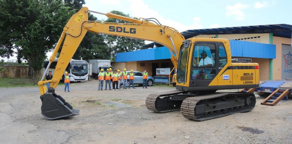 Inadeh adquiere excavadora hidráulica para curso de equipo pesado