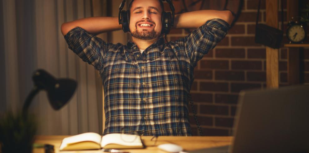 Escuchar música alegre alimenta la creatividad, según un estudio