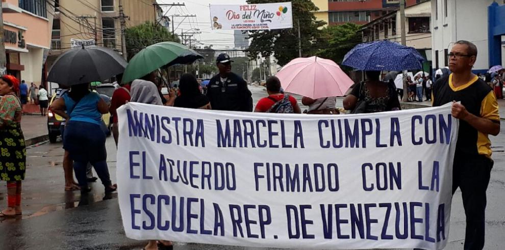 Padres de familia continúan jornada de protesta