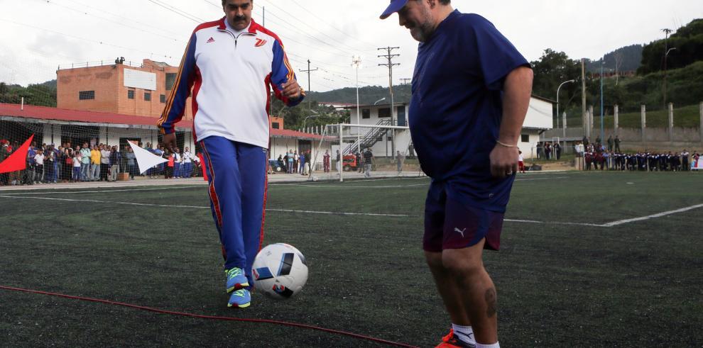 Maradona comparte con jóvenes futbolistas y se declara