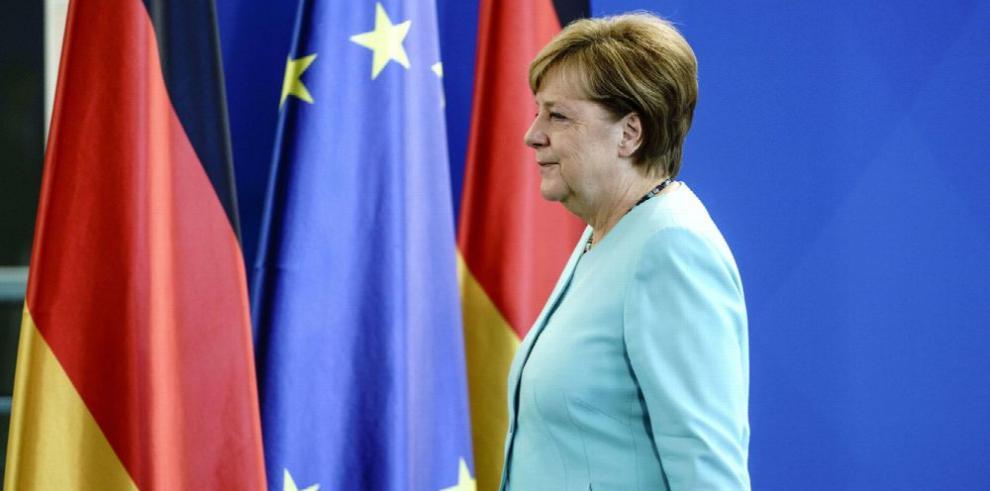 Merkel pide que la UE retome negociación con EE.UU.