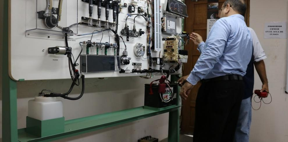 Mecánicos se capacitan en sistemas de diagnóstico computarizado