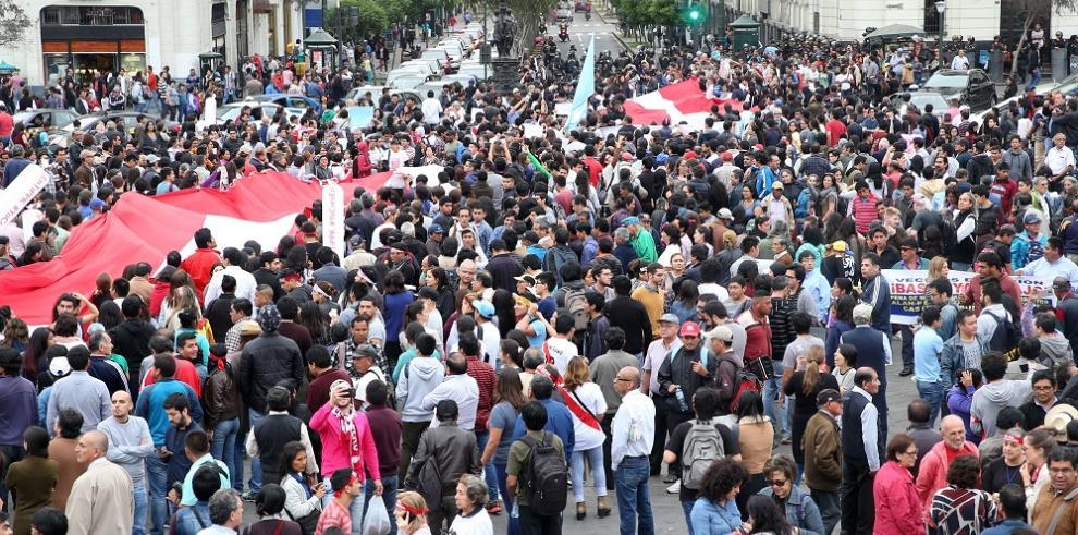 Unos 2.000 peruanos marchan contra el fujimorismo y piden cerrar el Congreso