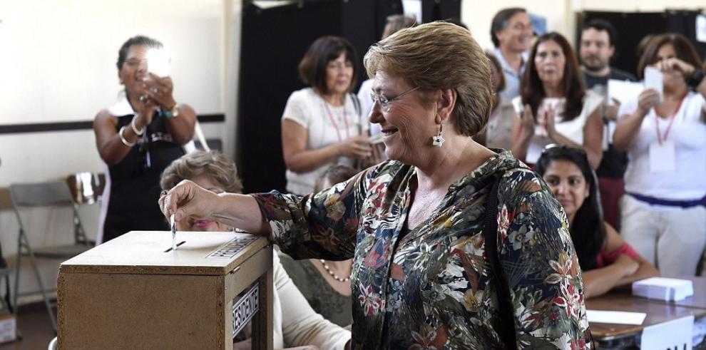 Bachelet augura resultado estrecho tras emitir sufragio en Chile