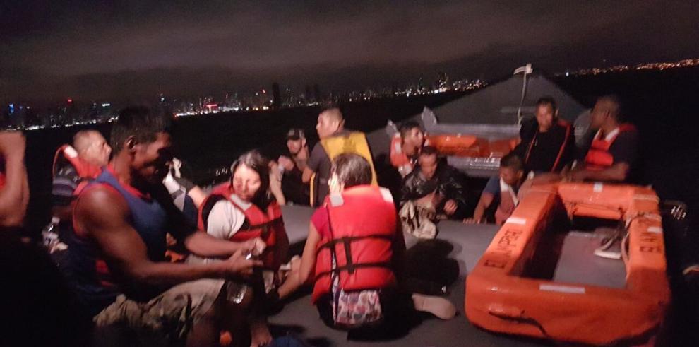 Senan rescata a 29 personas tras naufragio de embarcación en la Bahía