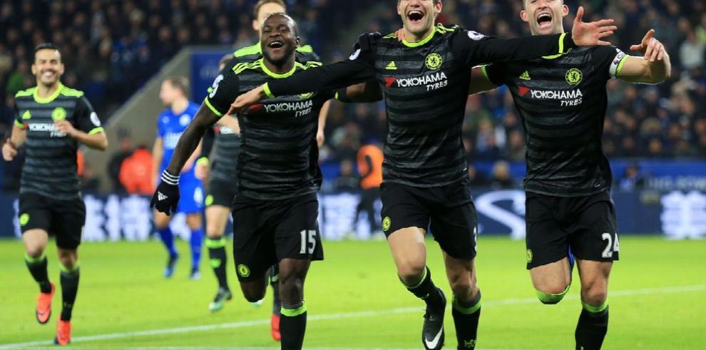 Chelsea, Tottenham y Arsenal golean y se distancian