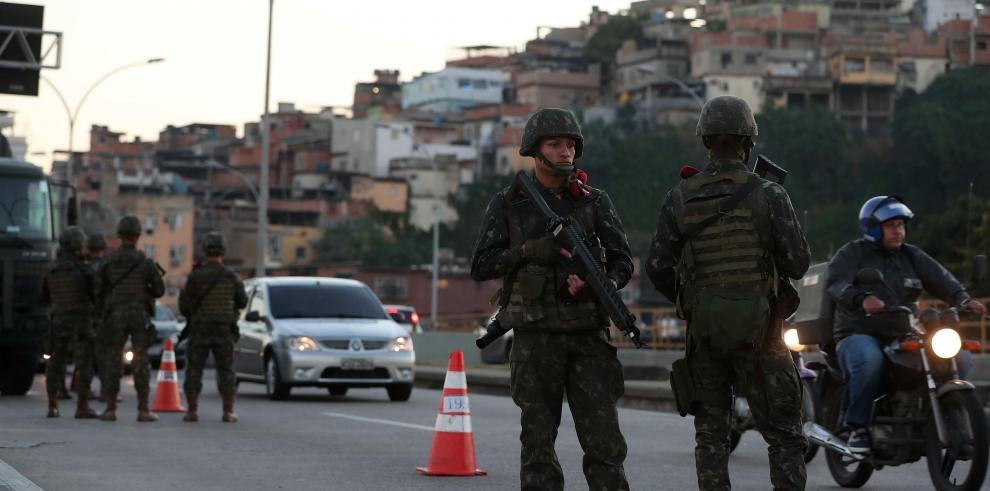 Brasil moviliza militares para combatir ola de violencia en Río de Janeiro