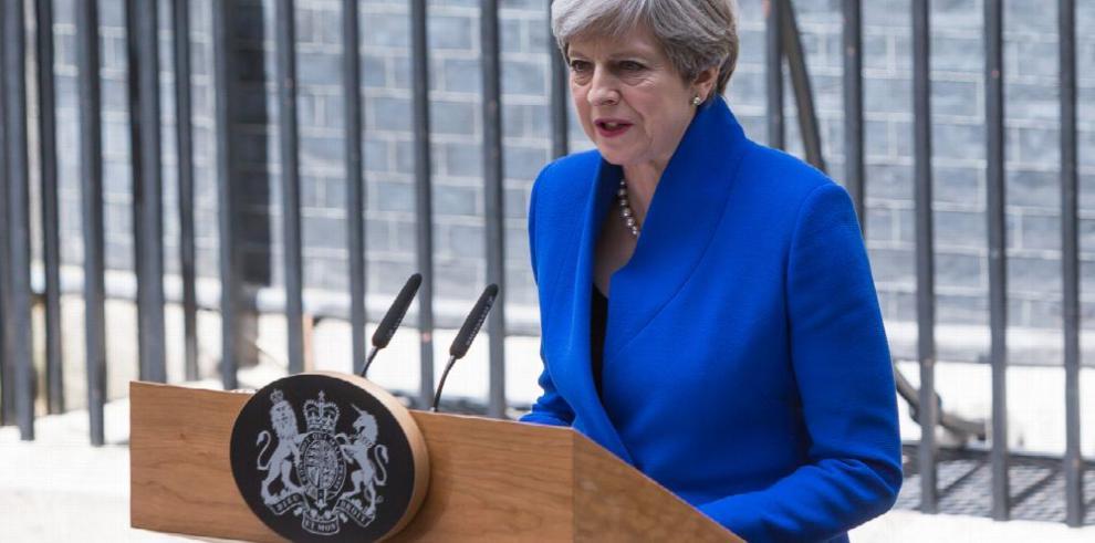 May descarta renuncia y buscará formar gobierno
