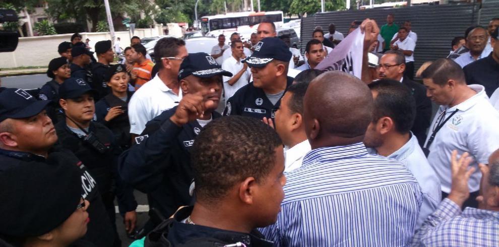 Transportistas del sector turístico se enfrentan a la Policía por Uber
